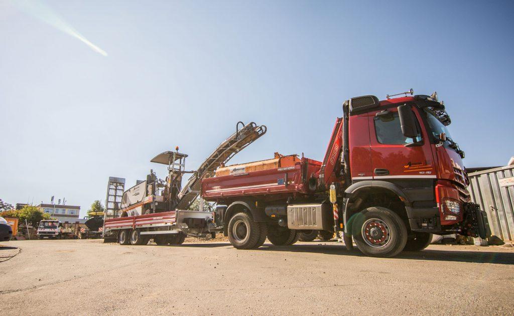 LKW mit Tieflader für Baumaschinen wie Straßenfräse, Fertiger, Bagger, Walze unsw.